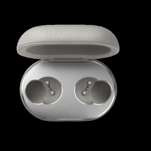 Technoliving - A BeoPlay E8 vezeték nélküli, true wireless fülhallgatót olyan embereknek tervezték, akik kényelemre, stabil hangátvitelre, betonbiztos kapcsolatra és hosszú akkumulátor élettartamra vágynak. A bőrborításos töltőtokkal elektromos hálózat nélkül is feltöltheti a akkumulátorokat, és akár több napon keresztül is készenlétben tarthatja a fülhallgatókat.