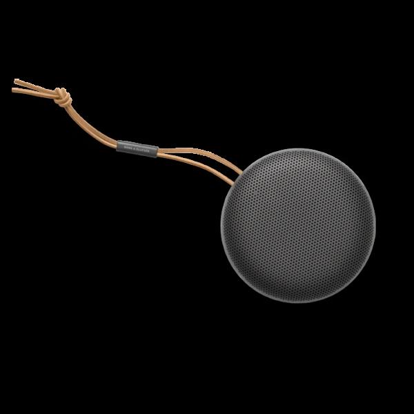Technoliving - Bárhová is készül, ezt az ultra-hordozható Bluetooth hangszórót mindig magával viheti. A teljesítményére garantáltan nem lesz panasz. Ne tévessze meg a kompakt méret és a pehelykönnyű súly! A BeoPlay A1 sokkal többre képes, mint azt első ránézésre gondolná.